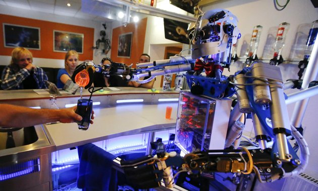 2013 07 27T122013Z 1186664680 GM1E97R1K9A01 RTRMADP 3 GERMANY ROBOTS Nuevo robot barman