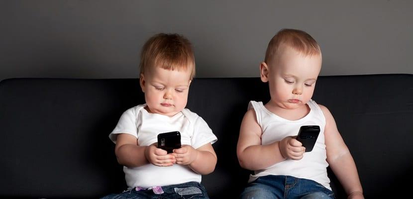 Niños con smartphone
