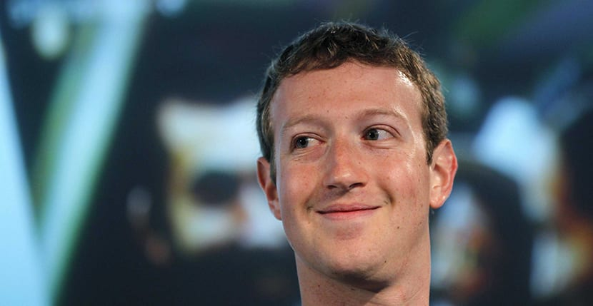 Mark Zuckerberg Sonriendo