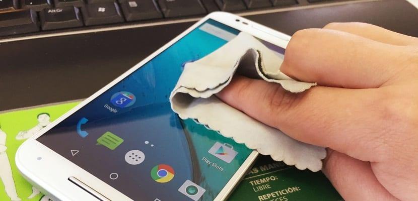 Cómo limpiar exteriormente tu dispositivo móvil de forma correcta