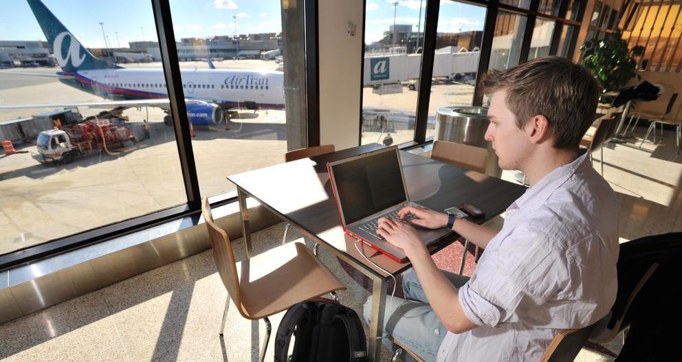 ¿Vas a viajar en avión? Aquí tienes todas las contraseñas Wi-Fi de los aeropuertos del mundo