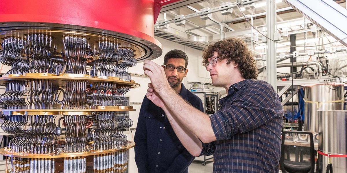 Presidente de google junto a un científico